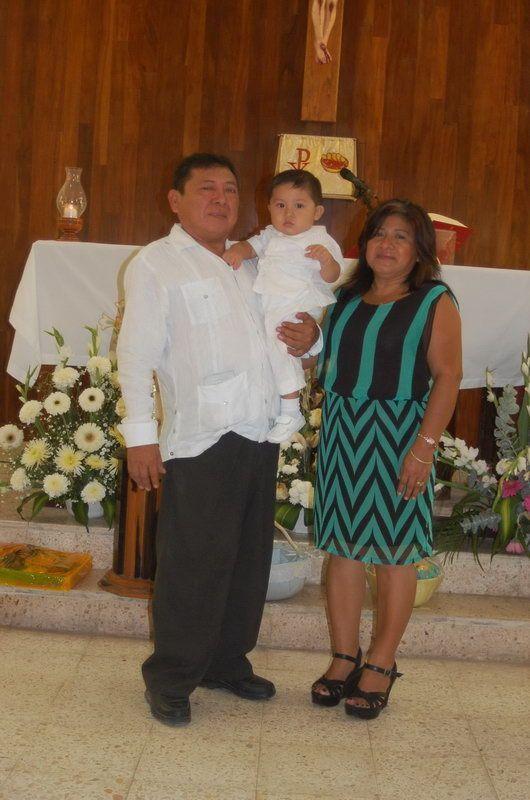 El festejado con sus abuelitos maternos, Luís Enrique Tuz y Leidy del Carmen Valle Chi