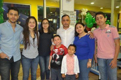 El festejado acompañado por su padre Alejandro Schultz Vadillo y sus primos Sergio, Melissa y Nicole Schultz García, Emiliano Schultz Villanueva, Marcia Fernanda Schultz Castro, José Schultz Pérez.