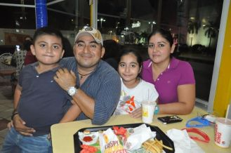 Gregorio Yupit y su esposa Cory Andrade junto con sus hijos Valentina y Gerónimo.