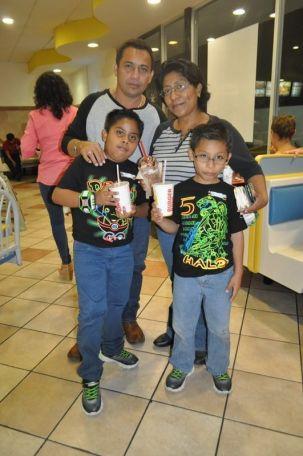 Alfonso Alcalá, Nashely Sánchez junto con Kevin y Alexander.