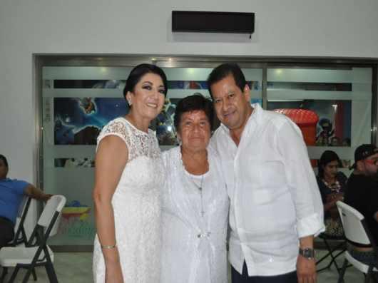 En la gráfica a la festejada se encuentra María Luisa García de Gutiérrez Junto con su esposo Carlos Gutiérrez García.