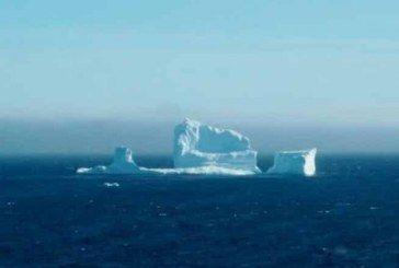Aparece inmenso iceberg en costas de Canadá