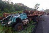 Transportista maderero queda atrapado entre los fierros de su pesada unidad