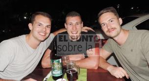 Thomas Mauritz, Markus Punlus y Damiel Dehung y para que no quede duda que son alemanes, posaron con la cerveza muy alegres.