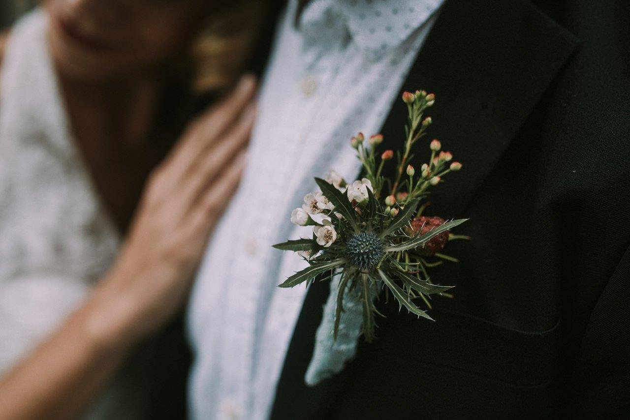Detalles para novios de prendidos vintage con flores silvestres