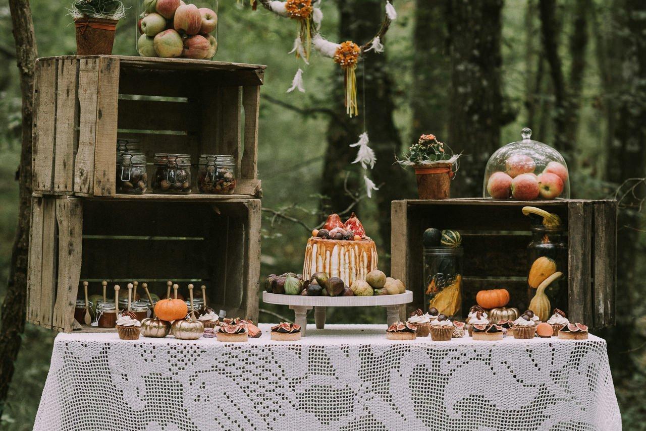 Decoración de mesas dulces con manzanas y pastel de higos