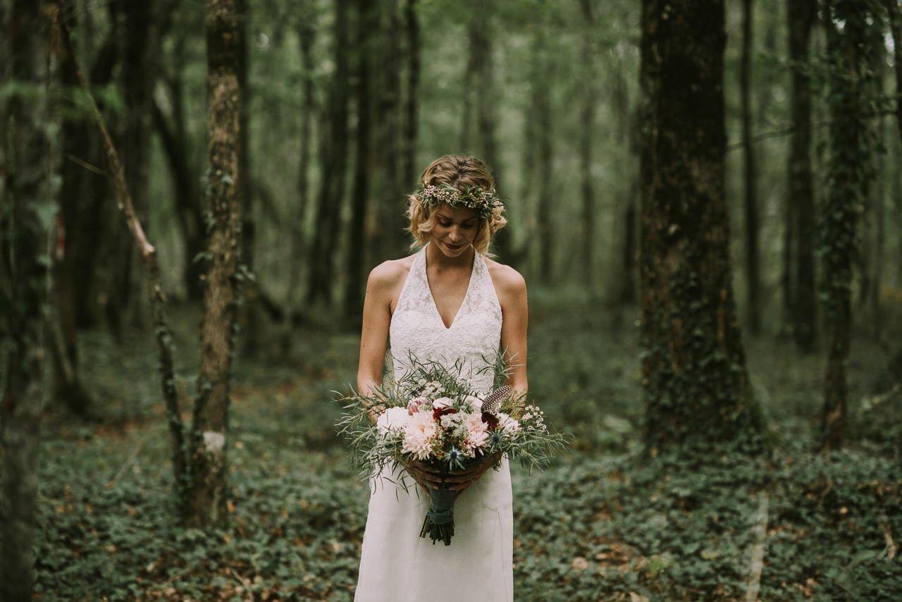 Inspiración para ramos de novia con flores silvestres y plumas