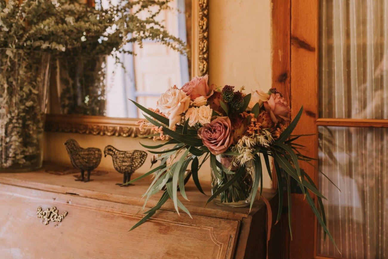 ramo de novia de rosas blancas y eucalipto