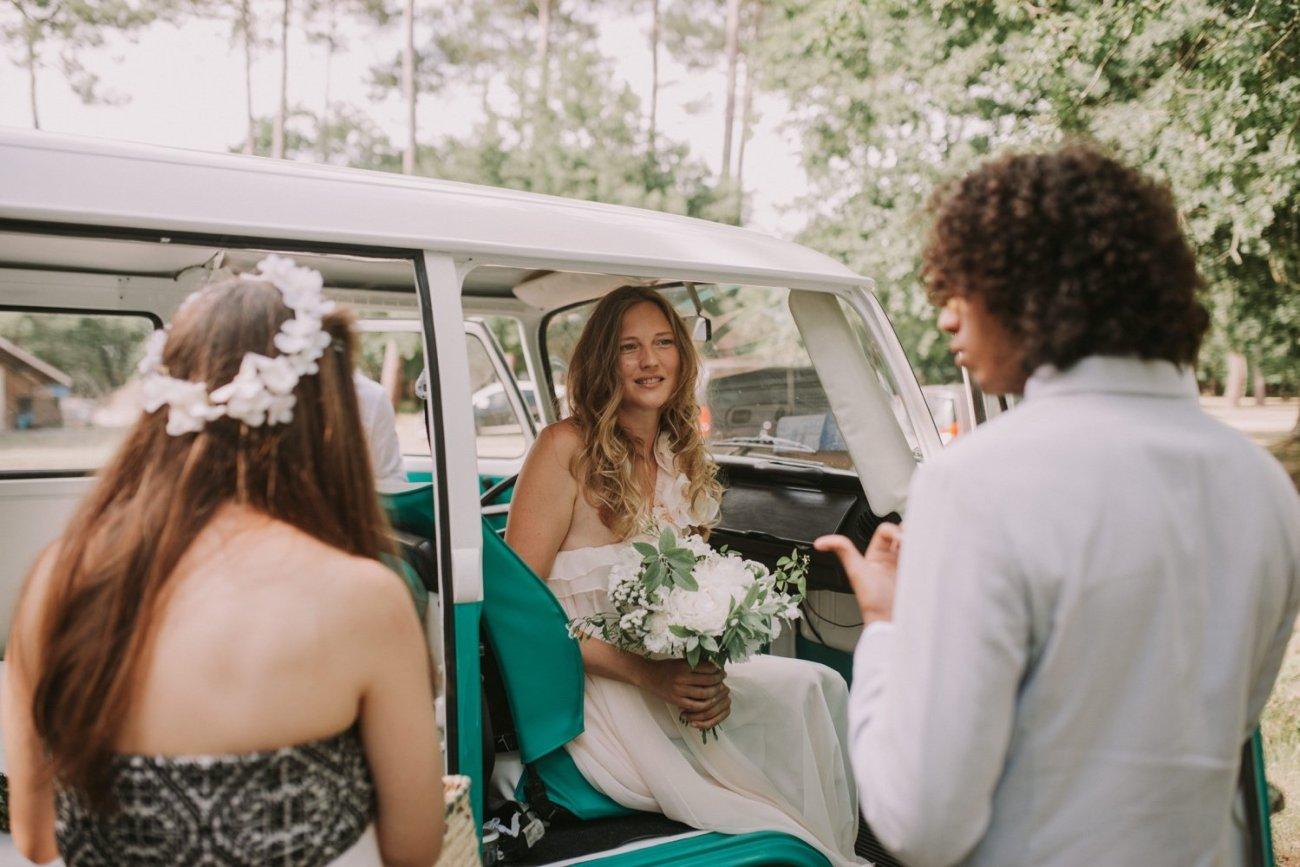 llegada a la ceremonia con furgoneta volkswagen vintage