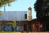 Uno de los puntos característicos del barrio son las iglesias evangélica y católica que se encuentran una al lado de la otra.