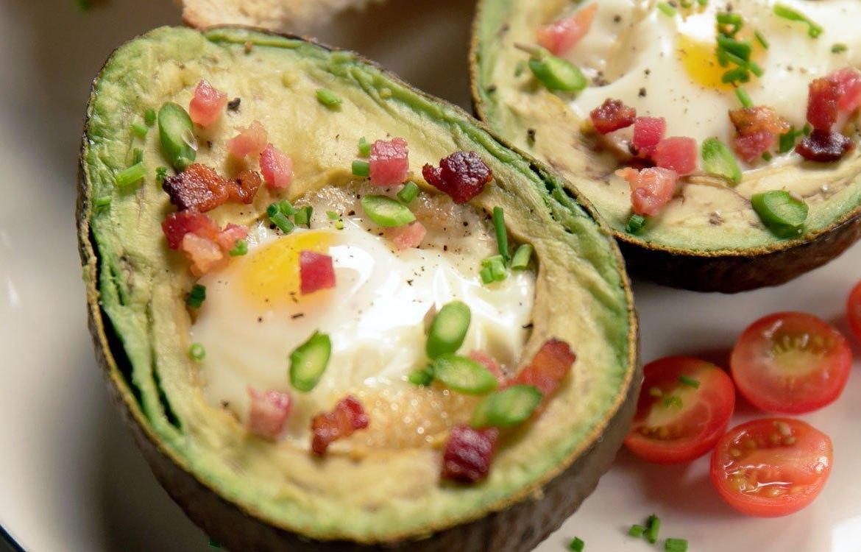 Aguacate relleno con huevo y Tocino