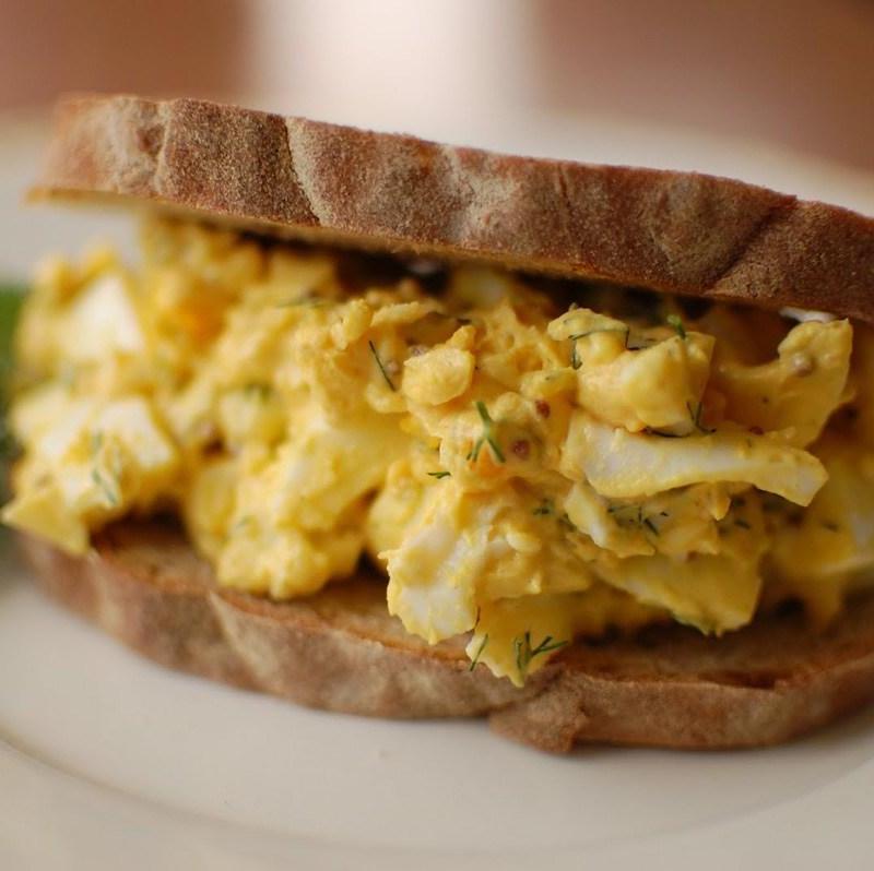 Sandwich de Ensalada de Huevo con Eneldo