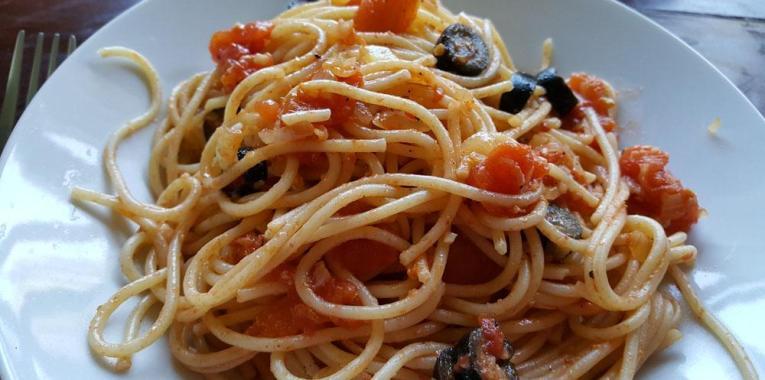 Espagueti con tomates y aceitunas