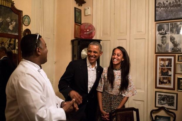 El presidente Barack Obama y su hija Malia comparten una risa como Malia.