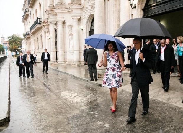 El presidente Barack Obama y la primera dama Michelle Obama a pie de la caravana después de recorrer La Habana Vieja.