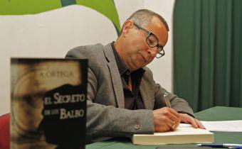 J. A. Ortega firmando ejemplares de su último libro