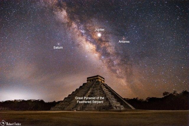 Vía Láctea sobre una pirámide maya de Yucatán, México