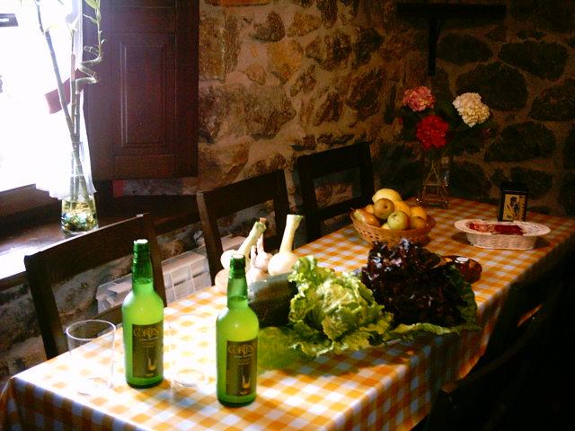 Sidra casera y lechugas de la huerta del Rincón del Sella