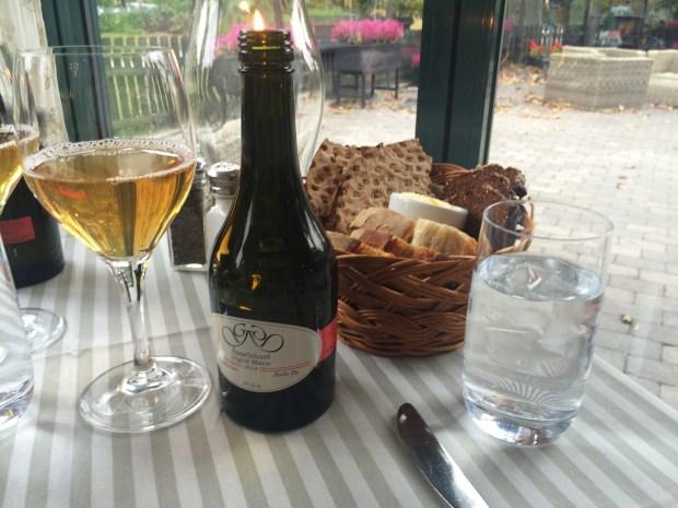 Äppeljuice (40kr) and bread basket