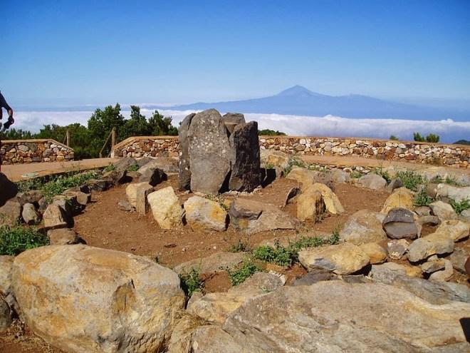 Reconstrucción de altar aborigen de montículos de piedras colocadas en espiral situado en la cima de Garajonay (La Gomera), con el Teide (Tenerife) al fondo. I/W