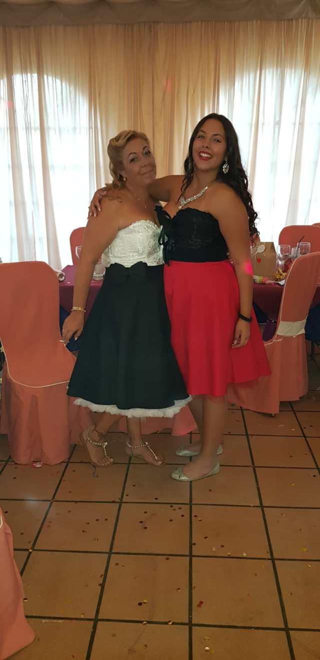 Una fotografía de Agatha y Monste con corset y falda de elsecretodecarol.com. ¡Gracias por compartirla!