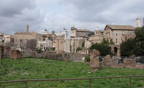 Vista lejana de uno de los antiguos foros de Roma