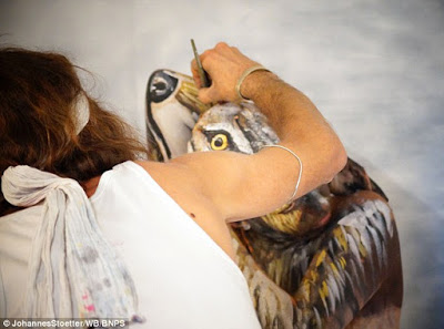 Bodypainter transforms three naked women into a howling Wolf 8
