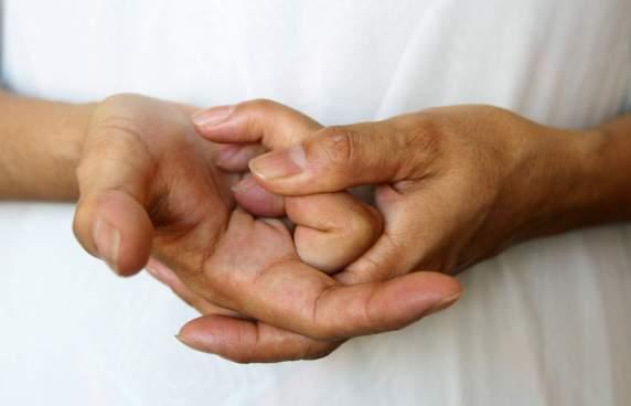 ¿Tronarse los dedos provoca artritis?
