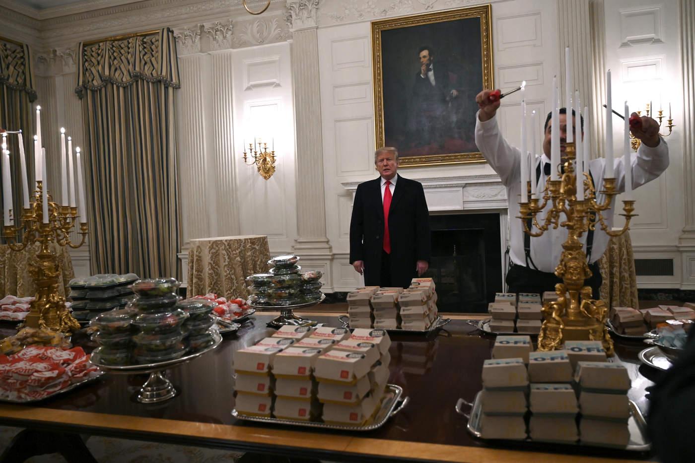 Trump recibe equipo universitario con Burger King y