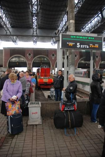Treinstation Moskou wachtende mensen