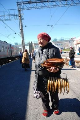 Verkoopster van eten op het station TransSiberië express Rusland
