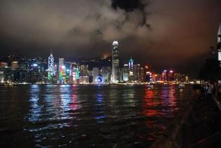 Hong Kong skyline avond vanaf de ferry
