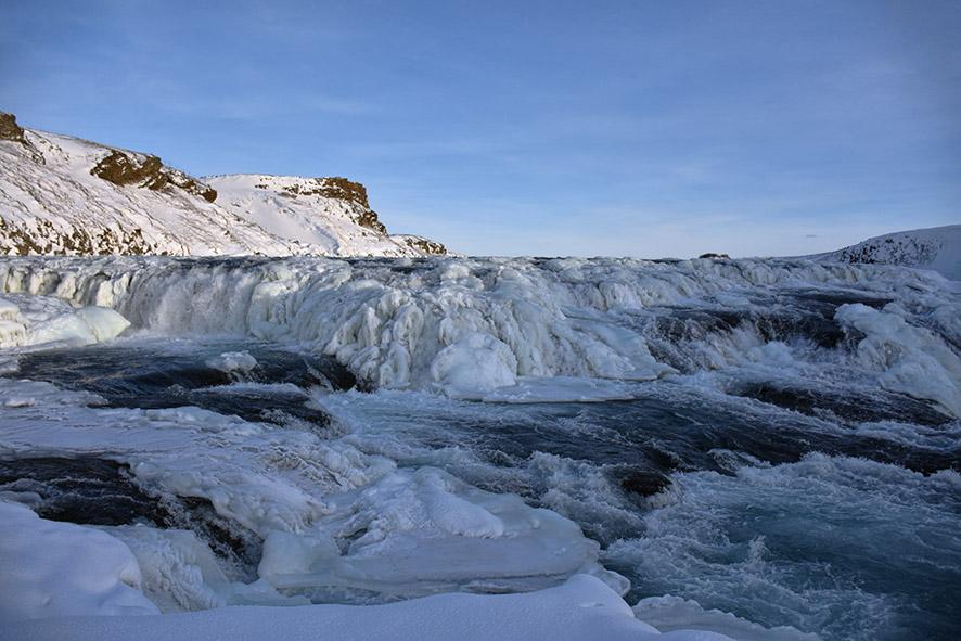 De bevroren Gullfoss van dichtbij in de winter in IJsland