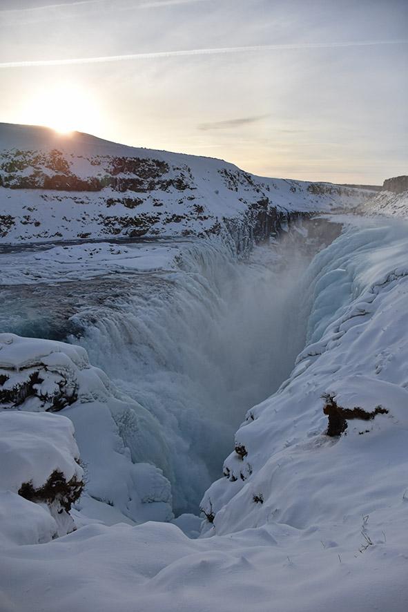Bevroren waterval Gullfoss bij zonsopkomst in de winter