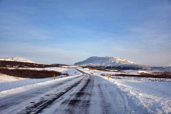 Weg in IJsland met opgevroren sneeuw