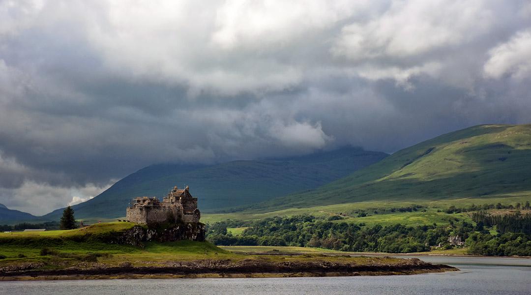Landschap in Schotland met Duart Castle