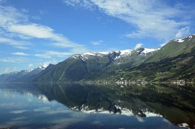 Hardangerfjord met weerspiegelingen in het water