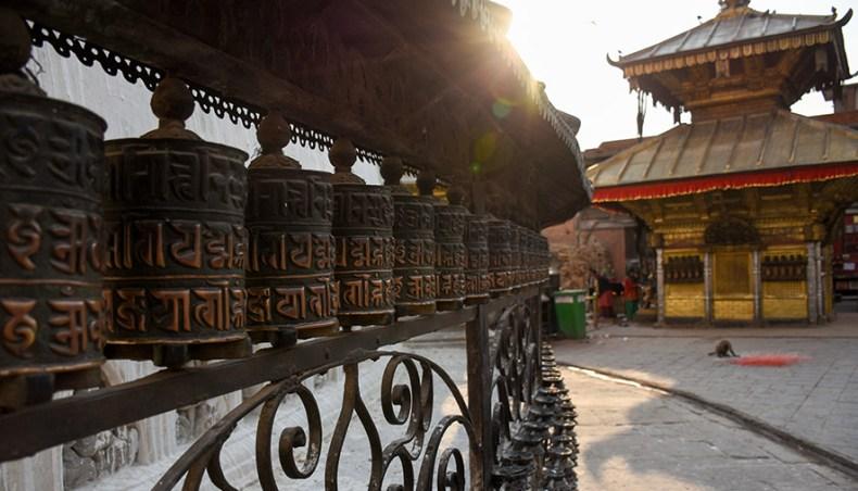 Gebedsmolens bij zonsondergang Swayambhu tempel Nepal