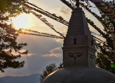 Zonsondergang bij één van de tempels van het Swayambhu tempel complex Kathmandu