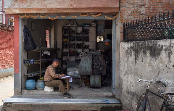 Man aan het werk in een Nepalese werkplaats in Kathmandu