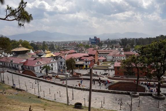 Overzicht over de hindoeistische Pashupatinath tempel terrein met alle gebouwen