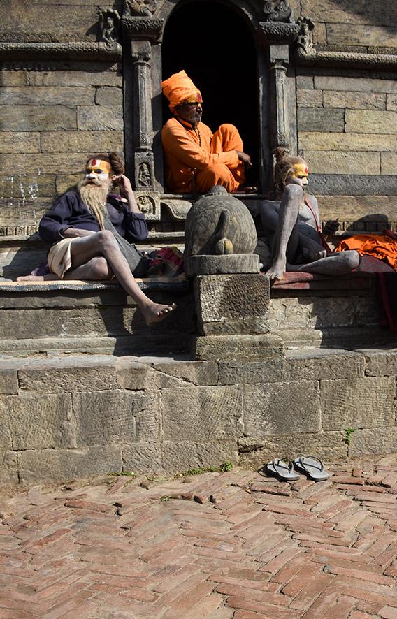 Sadhus zitten bij de Pashupatinath tempel Kathmandu Nepal