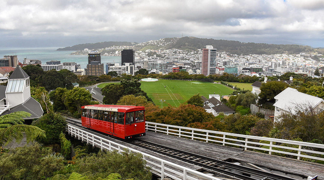 Uitzicht op Wellington Nieuw-Zeeland en de kabelbaan vanaf de botanische tuinen