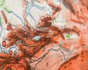 Close-up foto van Kirgizië op een grote kaart van Azië
