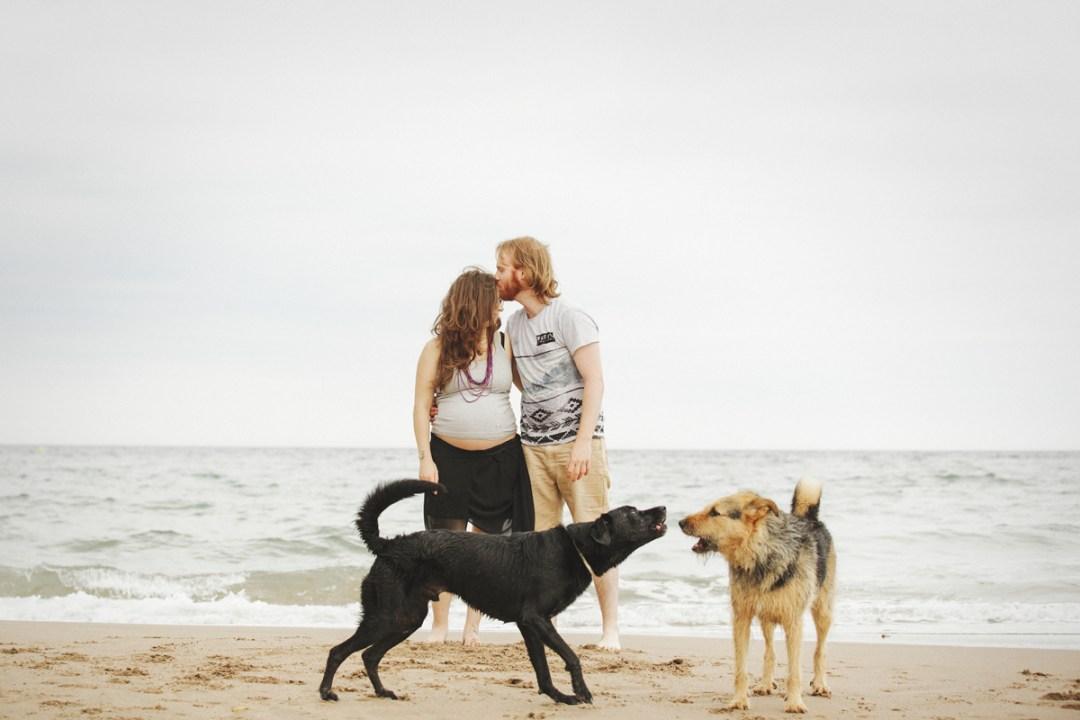 pareja en la playa con sus perros