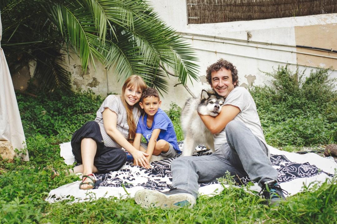 familia con perro en jardín