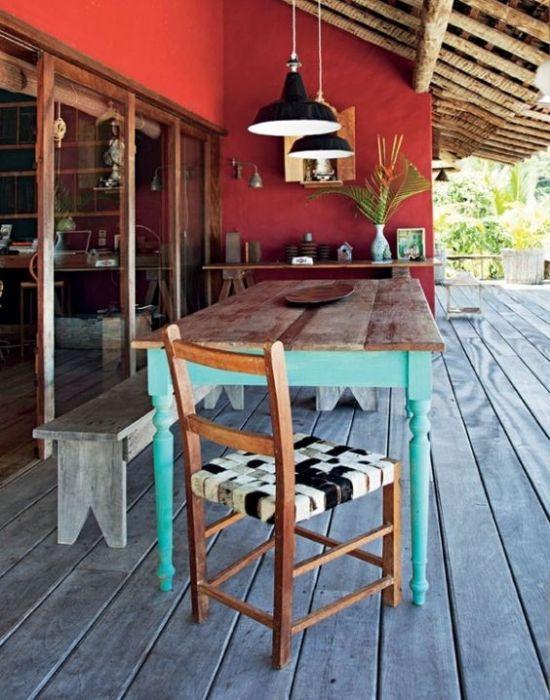Mesa de madera pintada con esmalte y tabla restaurada y recuperada