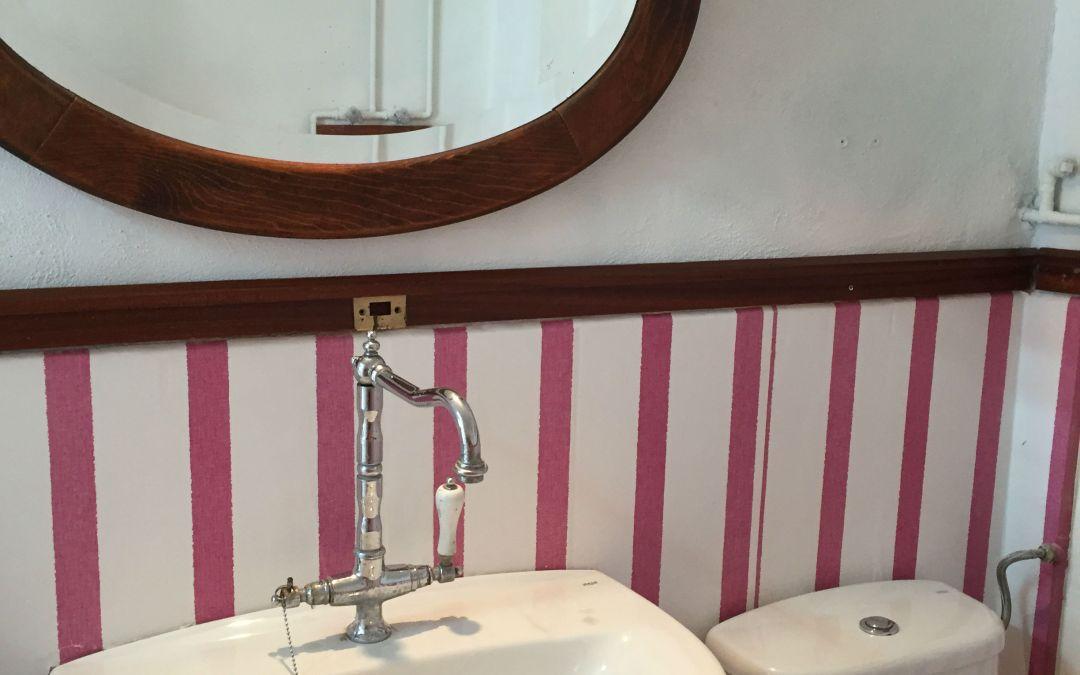Reformar aseo Low cost Reformar tu aseo con pintura, papel y alguna otra idea decorativa.