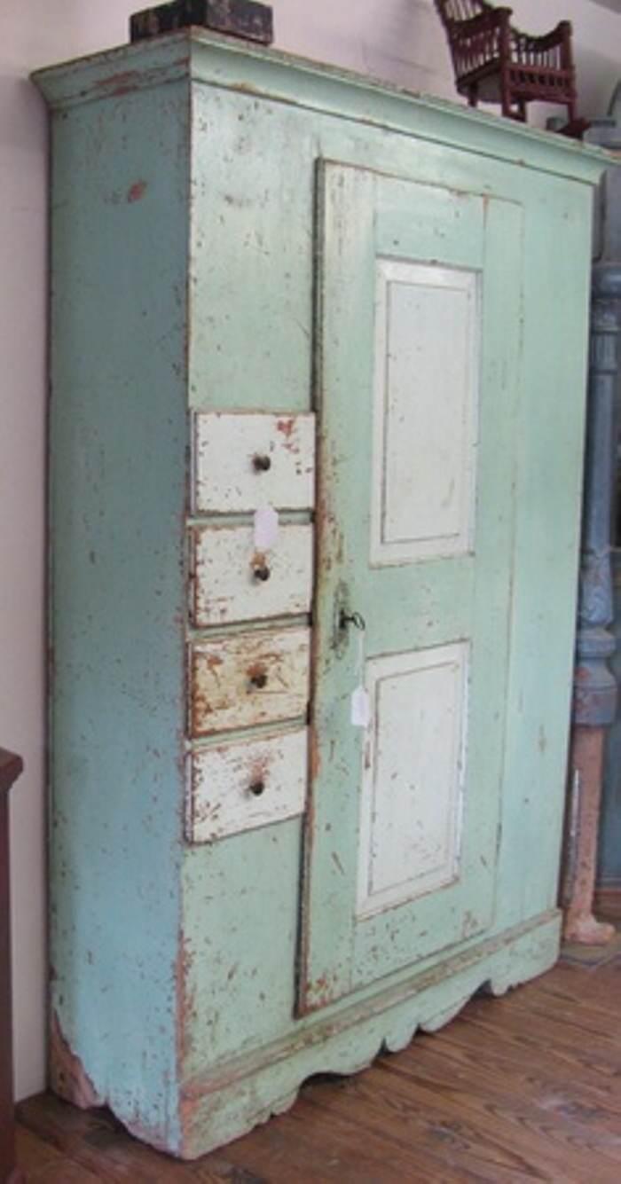 en esta foto vemos el aparador pintado en un blanco antiguo y con una ptina en cera su aspecto la tapa superior en roble oscuro
