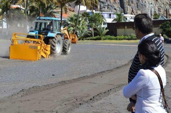 El Alcalde de San Sebastián Angel Luis Castilla y Angelica Padilla contemplan las evoluciones de la nueva maquinaria en la Playa de San Sebastián b